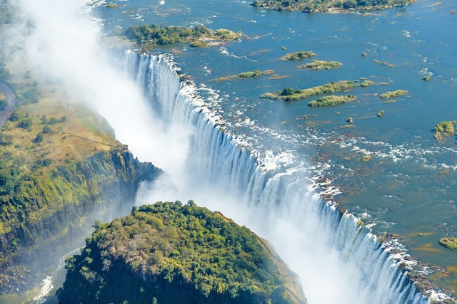 Victoria_Falls_bordering_Zimbabwe_and_Zambia